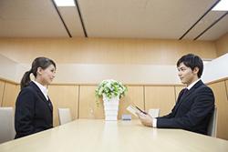 面接官と面接を受ける女性